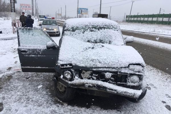 В Сызрани во время снегопада два автомобиля столкнулись на встречной полосе, пострадал пассажир | CityTraffic
