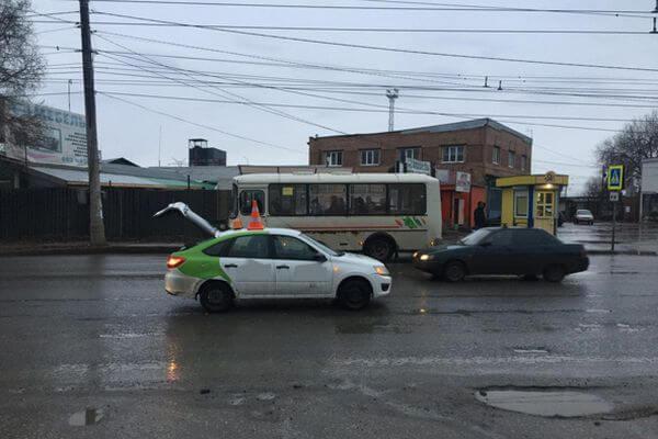 В Самаре такси сбило пенсионера, который переходил дорогу не там, где следует | CityTraffic