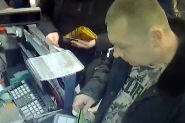 В Тольятти ищут мужчину, который нашел чужую карту и ни в чем себе не отказывает: видео | CityTraffic