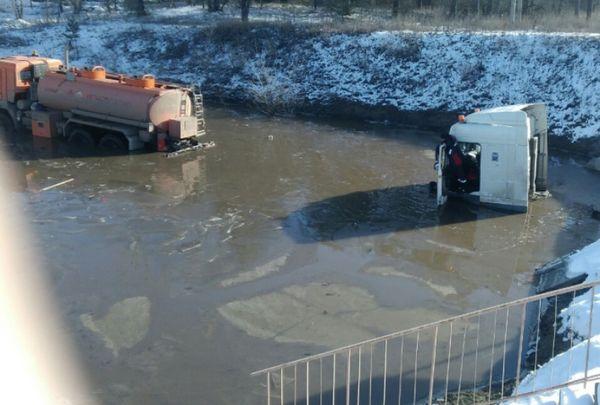 В Тольятти из-под моста на трассе М-5 вытаскивали затонувший грузовик | CityTraffic