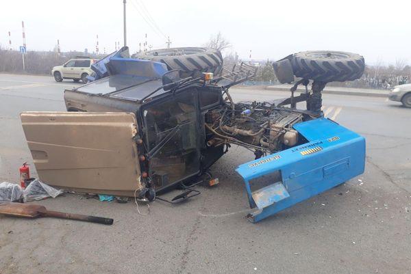 В Самарской области на трассе перевернулся трактор | CityTraffic