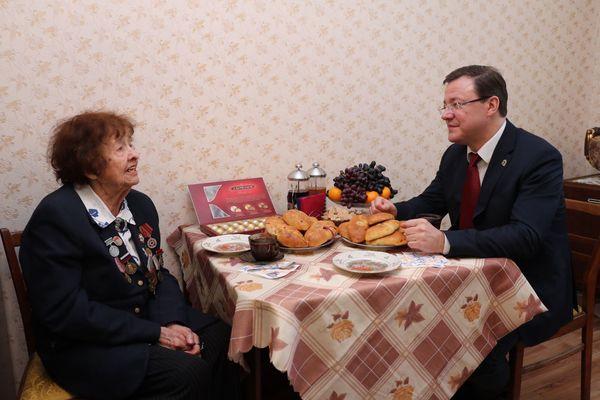Глава Самарской области поздравил с наступающим праздником свою учительницу | CityTraffic