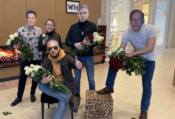 Самарские ребята в масках с лицами Брэда Питта и Брюса Уиллиса раздавали розы женщинам в ТЦ | CityTraffic