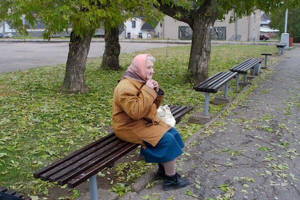 В Самарской области  пенсионерам старше 65 лет хотят предложить гулять во дворе по графику | CityTraffic