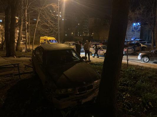 Ночью в Самаре пьяный водитель на иномарке снес лавочки возле подъезда многоквартирного дома   CityTraffic