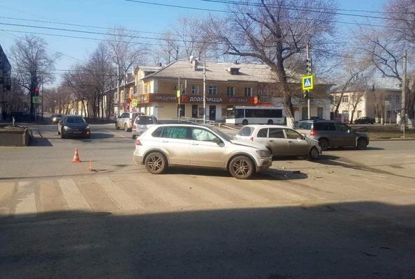 В Самаре на перекрестке столкнулись «Калина» и «Фольксваген», пострадал один человек