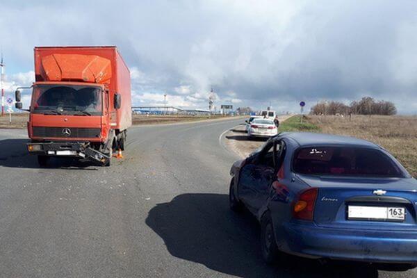По пути в Самару легковушка врезалась в неисправный грузовик | CityTraffic
