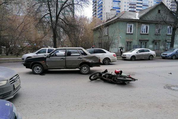 "В Самаре мопед опрокинулся после столкновения с ""девяткой""   CityTraffic"