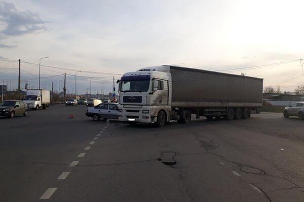 В Тольятти грузовик врезался в легковушку, пострадала девушка | CityTraffic
