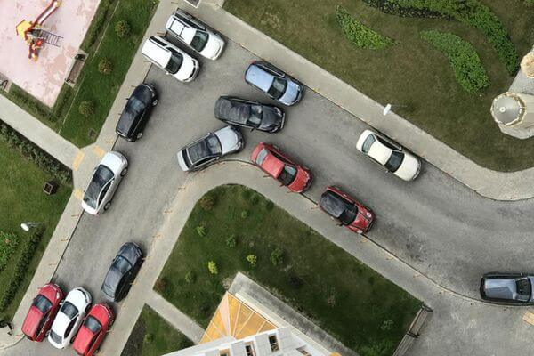 Россияне требуют запретить парковку на въезде во дворы | CityTraffic
