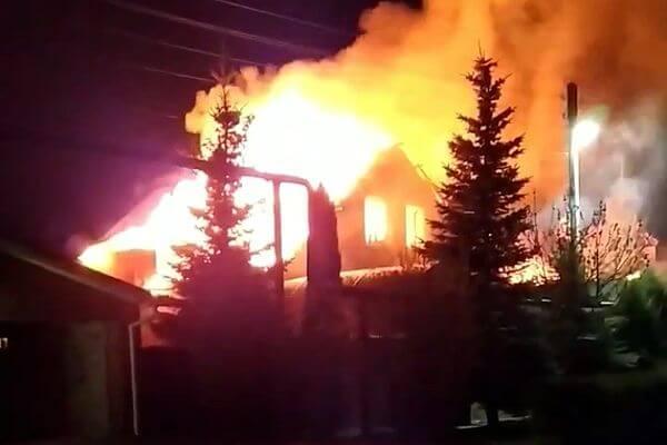 Под Тольятти ночью сгорел дом с мансардой: видео | CityTraffic