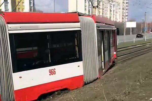 В Самаре трамвай сошел с рельсов: видео | CityTraffic