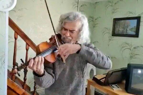 Худрук Самарской филармонии Михаил Щербаков играет на скрипке в самоизоляции на даче: видео | CityTraffic