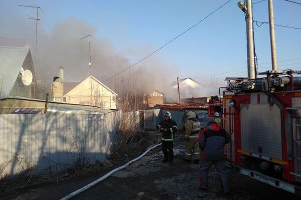 В Самаре 85 человек тушили пожар вчастном доме на 200 квадратных метрах