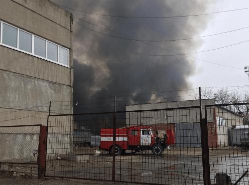 Над промышленной зоной в Центральном районе Тольятти поднялся черный дым от горящих поддонов: видео | CityTraffic