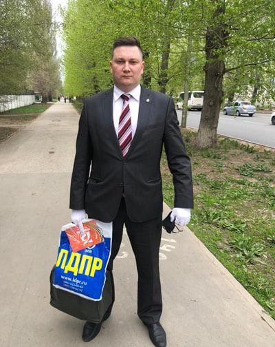 В Тольятти депутаты и координаторы отделений партии ЛДПР вручили подарки ветеранам ВОВ | CityTraffic