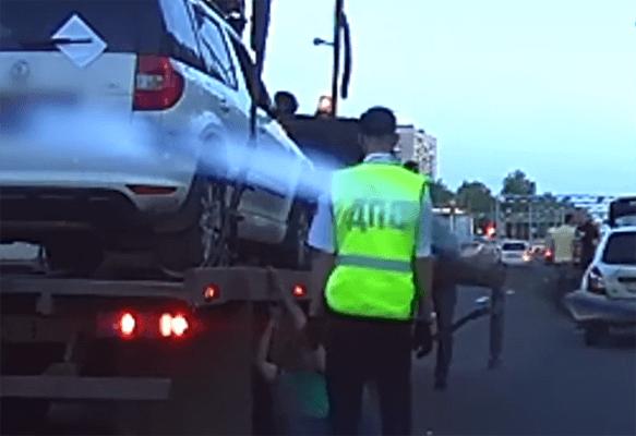 В Тольятти пьяный водитель упал возле эвакуатора, когда увозили его машину: видео   CityTraffic