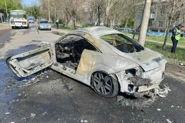 В Самаре «Ауди ТТ» врезалась в столб и загорелась, водителя разыскивает полиция: видео | CityTraffic