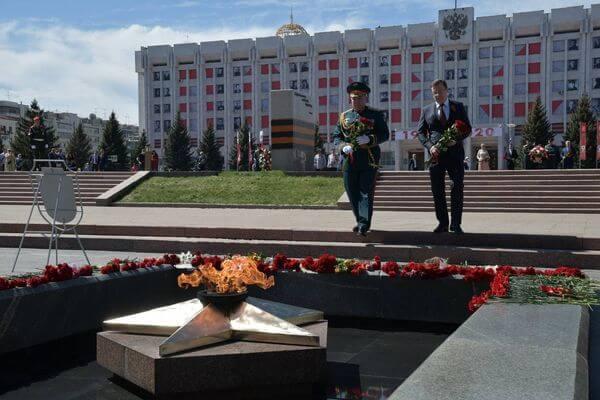 Губернатор Самарской области и командующий 2-й гвардейской общевойсковой армией Центрального военного округа возложили цветы к Вечному огню | CityTraffic