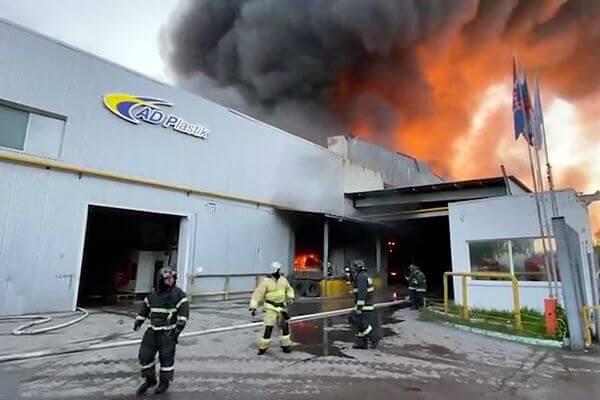 В Самаре тушат горящий склад с пластмассой на площади 600 квадратных метров | CityTraffic