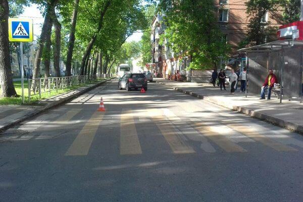 В Самаре пенсионерка попала под колеса машины, переходя дорогу на красный свет | CityTraffic