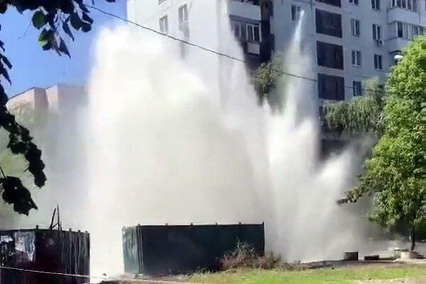 В Самаре на улице Стара-Загора забил фонтан высотой до 7 этажа: видео | CityTraffic