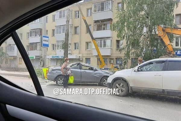 Дерево, упавшее в Самаре, повредило остановку и автомобиль | CityTraffic