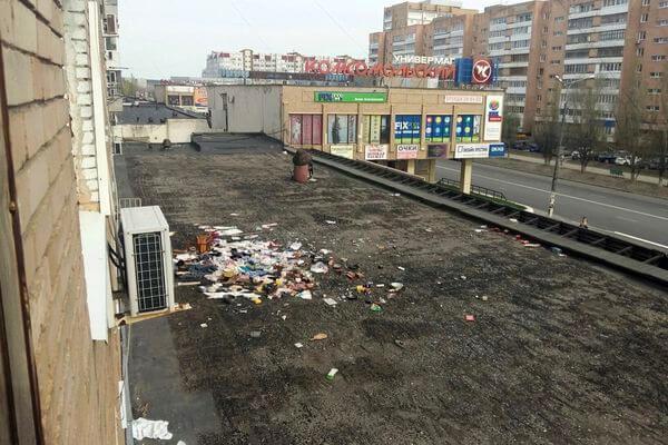 Жители Тольятти выбросили мусор на крышу магазина, а убирать заставили коммунальщиков | CityTraffic