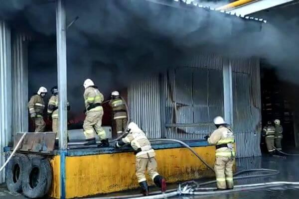 Площадь пожара на горящем складе с пластмассой в Самаре увеличилась: видео   CityTraffic