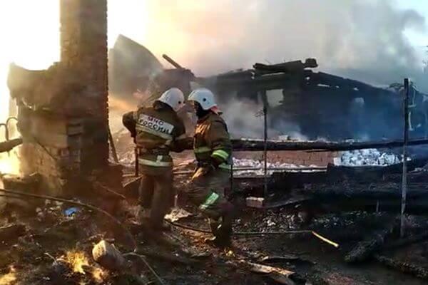 В Самаре горели 5 домов, от некоторых остались одни головешки: видео | CityTraffic