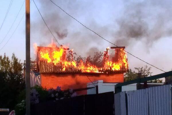 Под Тольятти в пятницу вечером загорелась крыша дачного дома | CityTraffic