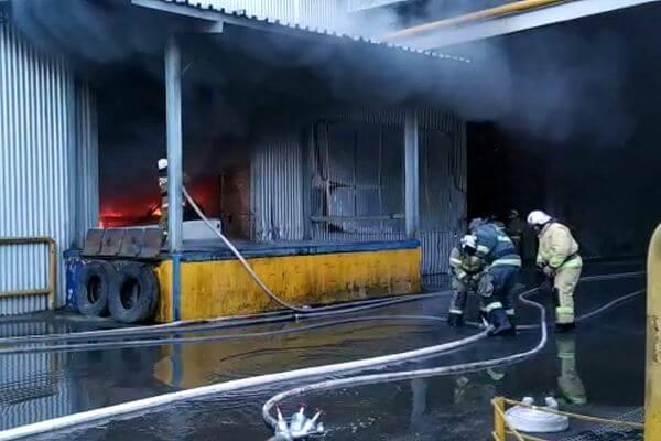 На горящем складе пластмассы в Самаре рухнула крыша | CityTraffic