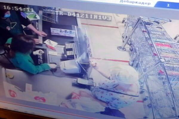 Жительница Самары лишилась 4 тысяч рублей, оставив сумку с банковской картой на видном месте: видео   CityTraffic
