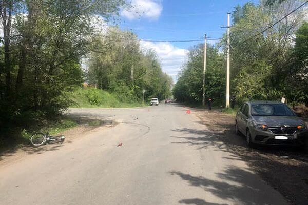 В Сызрани две девушки на велосипеде съехали с горки прямо под автомобиль | CityTraffic