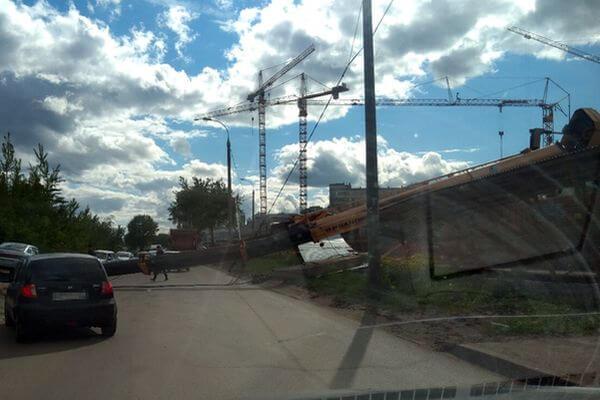 МЧС: пострадавших в результате падения крана в Самаре нет, видео | CityTraffic