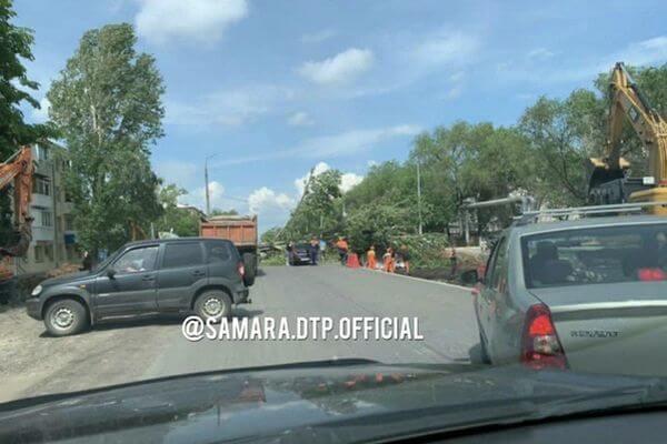 В Самаре упавшее дерево перегородило дорогу на пересечении Пугачевского тракта и улицы Бакинской | CityTraffic