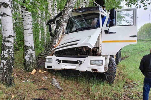 КаМАЗ протаранил ограждение, вылетел в кювет и врезался в дерево на трассе в Самарской области | CityTraffic