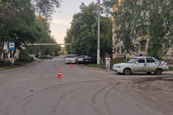 В Чапаевске «Хонда» после столкновения с «десяткой» сбила подростка и врезалась в две припаркованные машины | CityTraffic