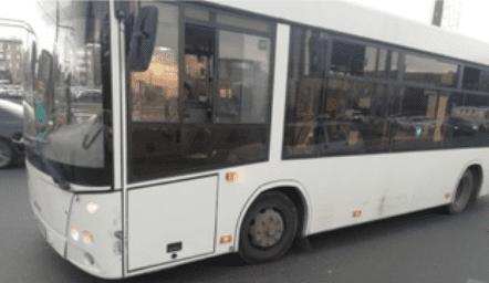 В Самаре 48-летняя женщина пострадала при столкновении пассажирского автобуса и легковушки | CityTraffic