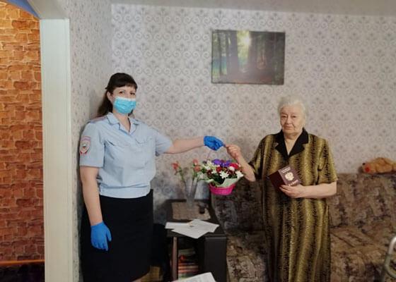 В Самаре полицейские на дому вручили паспорт гражданина РФ ивид на жительство детям войны, приехавшим из соседних государств