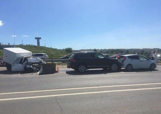 В Самаре водитель фургона ВИС устроил аварию с тремя автомобилями, два человека попали в больницу | CityTraffic