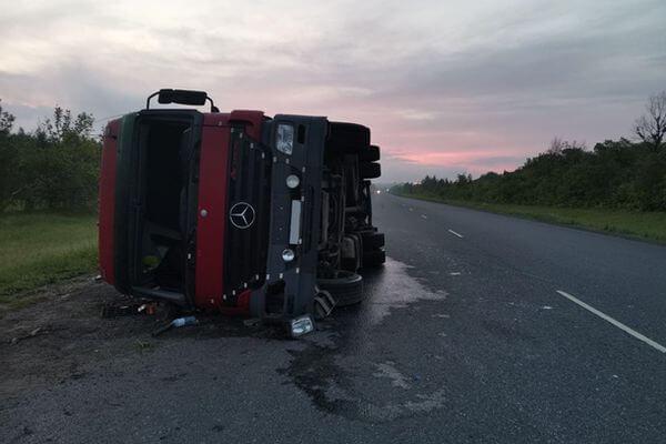 На трассе М-5 в Самарской области ночью перевернулся грузовик | CityTraffic