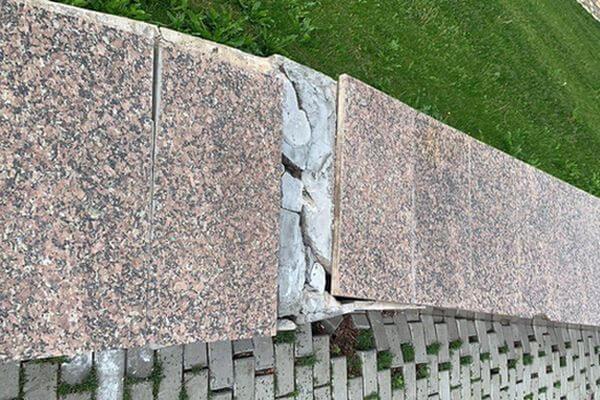 Жители Самары заметили, что в сквере Пушкина оседает подпорная стена | CityTraffic