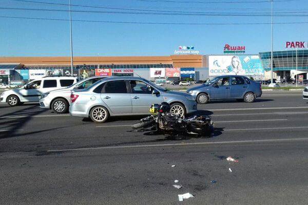 В Тольятти мужчина и женщина на мотоцикле попали под колеса автомобиля | CityTraffic