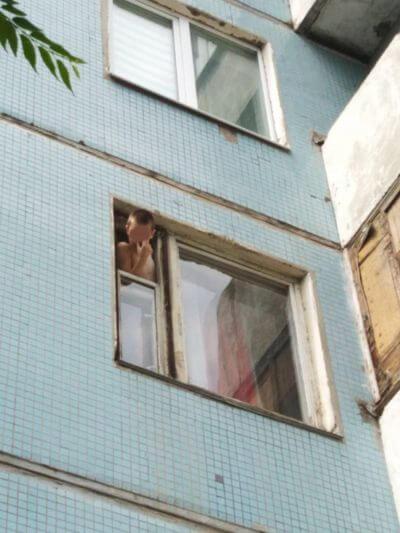 Полицейские Самары нашли мать ребенка, который выкидывал из окна вещи и кричал | CityTraffic