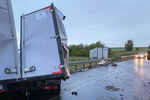 Водитель ГАЗели погиб в лобовом столкновении с фурой на трассе М-5 в Самарской области | CityTraffic