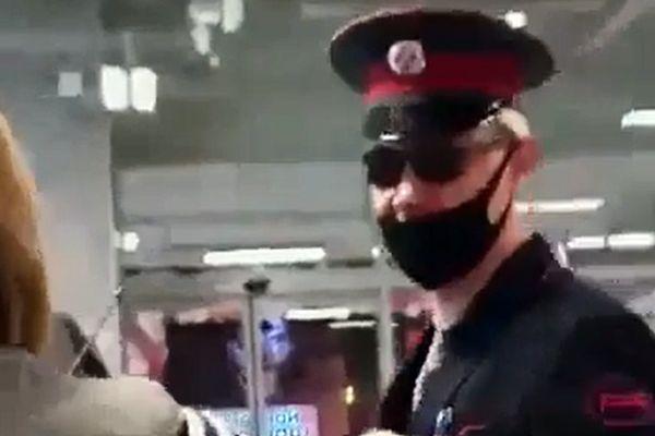 Сурового трансвестита из Челябинска одним ударом уложил охранник магазина: видео