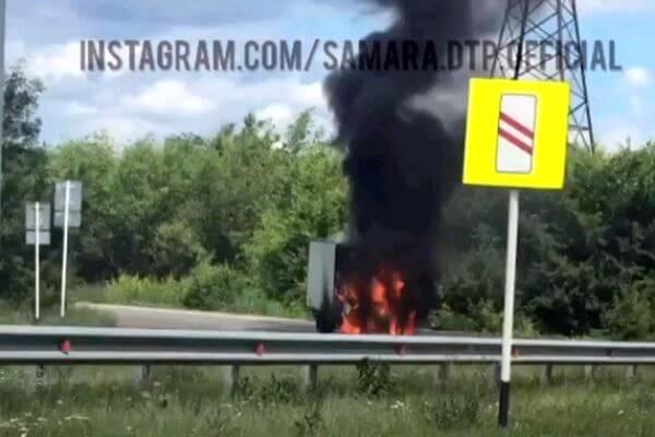 В Самарской области ГАЗель врезалась в грузовик и загорелась: видео | CityTraffic