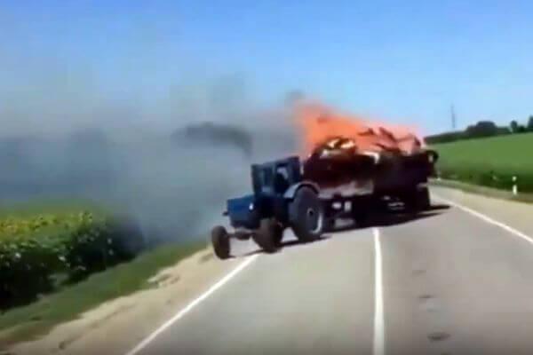 Трактор апокалипсиса с горящим сеном поджег поле: видео | CityTraffic