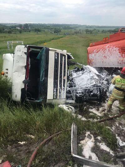 В Самарской области столкнулись красный и белый грузовики   CityTraffic